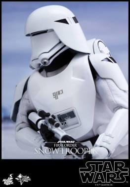 Hot Toys Star Wars Force Attacks - First Order Snowtrooper -holding onto gun